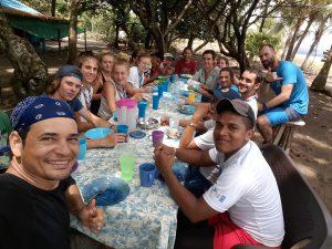 comida en campamento de tortugas marinas panama con adventure volunteer