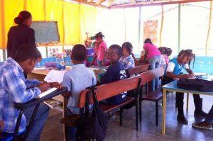 niños en clase de voluntariado republica dominicana
