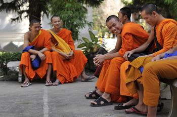 enseñanza de inglés a monjes budistas en Tailandia