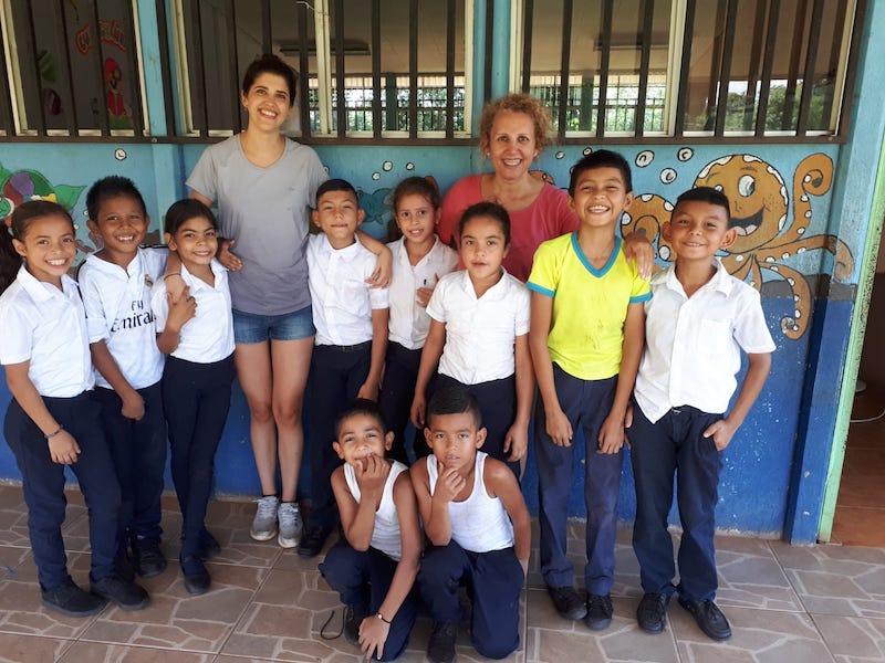 voluntarido con niños en costa rica