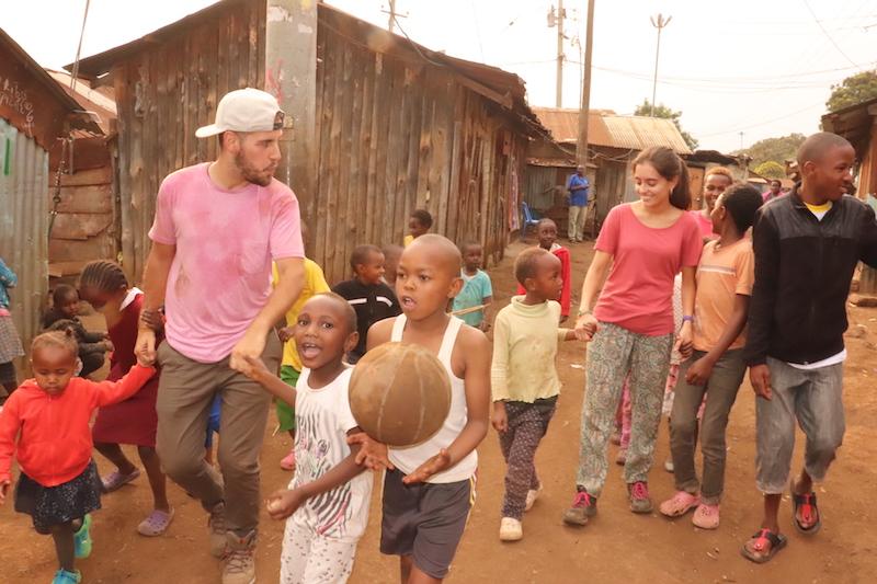 Enseñanza y juegos con niños en Kenya